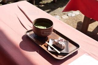休日に抹茶でも 和菓子を眺めての写真・画像素材[3812823]