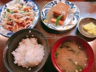 国際通り商店街で食べる沖縄郷土料理の定食の写真・画像素材[3818041]