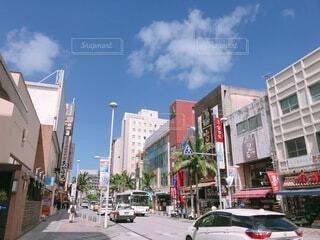 晴れた日の那覇国際通り商店街の写真・画像素材[3818050]