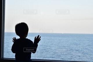 海を見つめる子供の写真・画像素材[3824678]