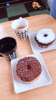 テーブルの上のドーナツと紅茶の写真・画像素材[3887547]