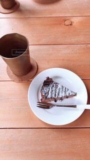 テーブルの上にあるガトーショコラの写真・画像素材[3887551]