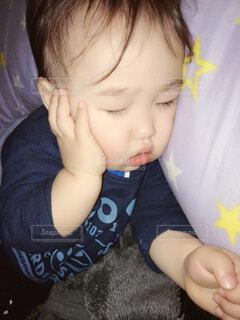 寝ている幼児の写真・画像素材[3895411]