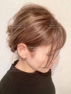 ミルクティーベージュのヘアカラーとヘアアレンジの写真・画像素材[4053659]