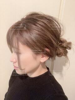ミルクティーベージュのヘアカラーとヘアアレンジの写真・画像素材[4053660]