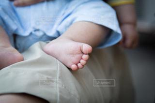 赤ん坊を持っている人の写真・画像素材[1036772]