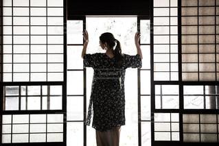 窓の前に立っている人の写真・画像素材[2172093]