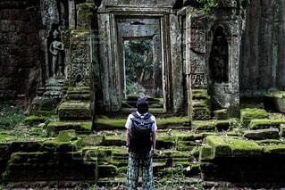 建物の前に立っている人の写真・画像素材[2179427]
