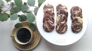 コーヒーとマーブルクッキーの写真・画像素材[4064236]