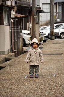 昔ながらの住宅街の道に立つ幼児の写真・画像素材[4107827]