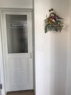 窓のある白いドアの写真・画像素材[3826908]