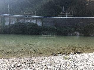 水の体に架かる橋の写真・画像素材[3824708]