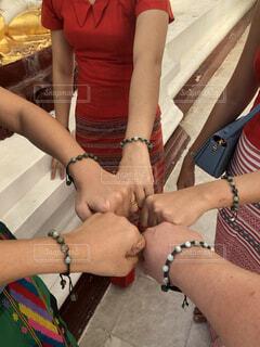 ヤンゴンのパゴダで買ったミサンガで友情を誓うの写真・画像素材[3828576]