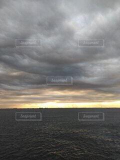 朝焼けと重そうな雲の写真・画像素材[3867939]