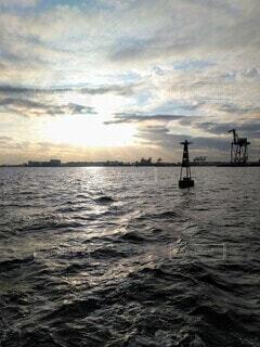 夕暮れの海面の写真・画像素材[3878733]