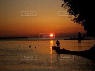 夕暮れと釣人の写真・画像素材[3945449]
