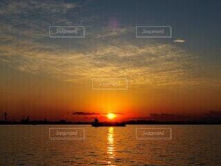 ベタ凪と夕日の写真・画像素材[4003473]
