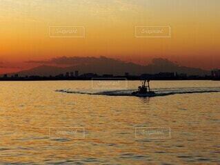 夕焼けと船の写真・画像素材[4006912]