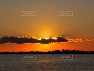 凪の海と夕焼けの写真・画像素材[4039706]