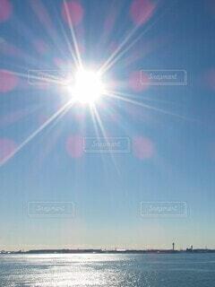 凪の海と太陽の写真・画像素材[4044756]