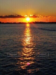 凪の海と夕焼けの写真・画像素材[4084410]