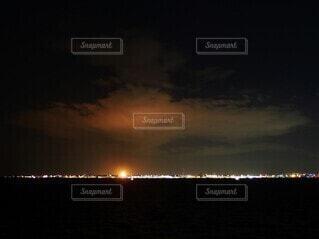 雲に反射する工場の灯の写真・画像素材[4113483]