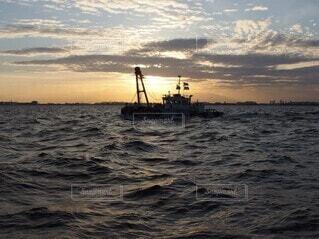 荒れた海を進む船の写真・画像素材[4157202]