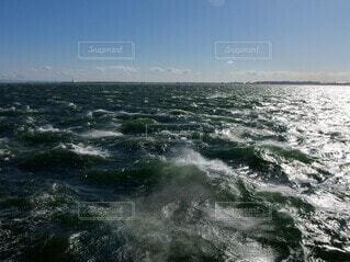爆弾低気圧による強風で荒れる海の写真・画像素材[4167821]