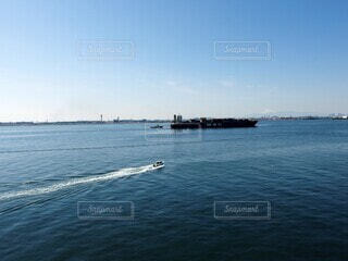 凪の海 大きな貨物船と小さな船の写真・画像素材[4206847]
