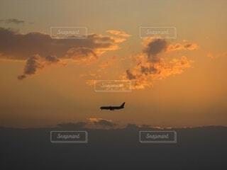 沈む太陽と飛行船のシルエットの写真・画像素材[4376771]