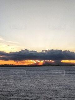 静かな海と天使の梯子。の写真・画像素材[4944757]