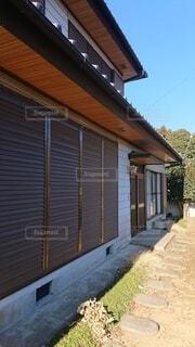 建物の側面にある木製のベンチの写真・画像素材[4051202]