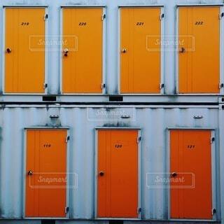 オレンジ色のドアたちの写真・画像素材[3835602]