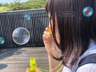シャボン玉を吹く学生の写真・画像素材[3837958]