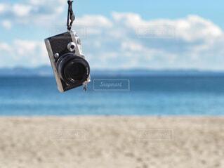 青い海にカメラを持ってお散歩の写真・画像素材[3845546]