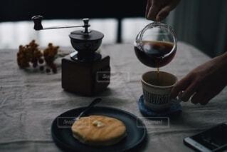 珈琲を淹れてパンケーキを食べようの写真・画像素材[3853493]