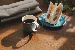 珈琲とフルーツサンドで休憩をの写真・画像素材[3878161]