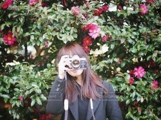 花に囲まれた女の子の写真・画像素材[4008390]