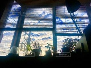 大きな窓の眺めの写真・画像素材[3858205]