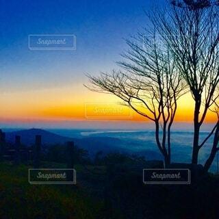 日の出 登山 ハイキングの写真・画像素材[3877098]