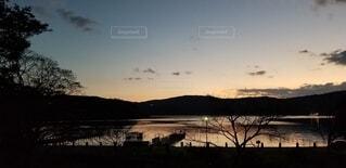 水の体に沈む夕日の写真・画像素材[3837816]