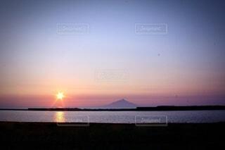 沈む夕日と海のコントラストの写真・画像素材[3845411]