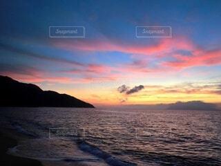 静かな波音と、綺麗な夕暮れの写真・画像素材[3854378]
