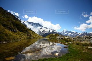 水辺に写る雪山の写真・画像素材[4538286]