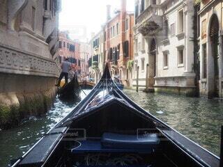 川の側に座っている船の写真・画像素材[3849728]