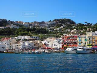 港に都市がある大きな水域の写真・画像素材[3850101]