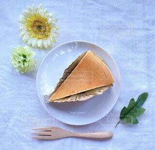 テーブルの上に座っているケーキのスライスの写真・画像素材[4277106]