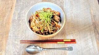 生姜焼き丼に豆苗を添えての写真・画像素材[3857179]