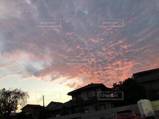 秋特有の夕暮れの空の雲の群の写真・画像素材[3965446]