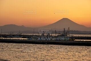 富士山に沈む夕陽と船の写真・画像素材[4056161]
